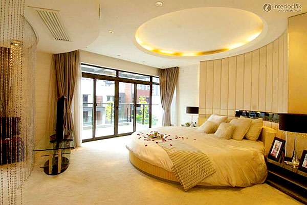 Luxury-simple-bedroom-ceiling-with-unique-bed-decorating-ideas-with-stylish-arrangement-728x487