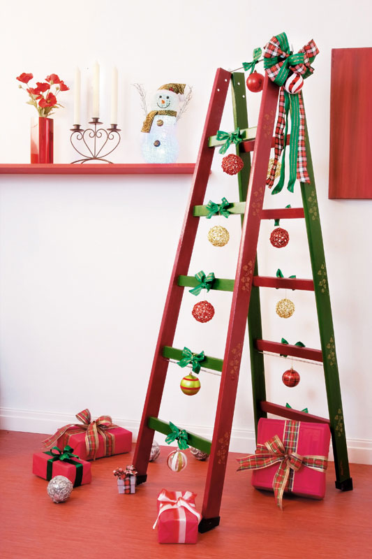diy-ladder-shelf-ideas-cristmas-decorations-ribbons-presents